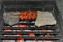 Grillfest: stekhett kött på brand Arkivbilder