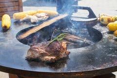 Grillfest utomhus Matlagning av grillade nötkött, höna, havre och grönsaker Arkivbilder