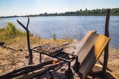 Grillfest vid floden i naturen, roliga familjfritidhandelsresande arkivbilder