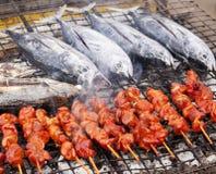 Grillfestfisk och kött Arkivbild