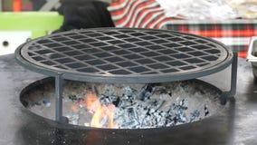 Grillfestgaller och glödande glöd Tomt varmt kolgaller med en ljus flamma Brännande kol, brasa, härlig flamma stock video