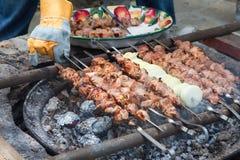 Grillfestköttkebaber Grillade kebaber som lagar mat på metallsteknålar Royaltyfria Foton