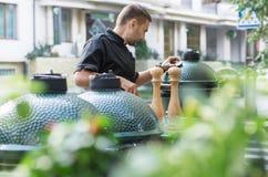 Grillfestkock som smakar utomhus- kök Fotografering för Bildbyråer