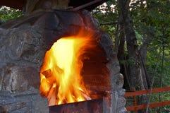 Grillfeuer auf einem alten Ofen Stockfotos