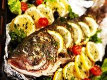 Grillfische am Ofenbehälter. Stockfoto
