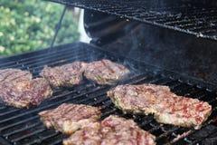 Grillfleisch auf Grillrauche Stockbilder