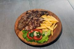Grillfleisch mit Salat Stockfoto