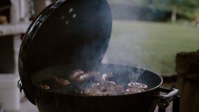 Grillgrill-Fleischwürste auf Terrasse im Freien stock video