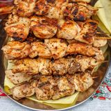 Grillgrillgrillgrill appetitanregender Kebab auf Metall g lizenzfreie stockfotos