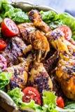 grilling Pollo asado a la parilla Piernas de pollo asadas a la parilla Piernas de pollo, lechuga y tomates de cereza asados a la  Foto de archivo