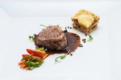 Grilllapje vlees met geroosterde groenten en saus, bijgerechtaardappels, gastronomie, menu Stock Fotografie