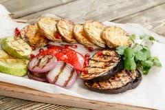 grillowany warzywa Słuzyć na drewnianej desce na nieociosanym stole Grill restauraci menu, serie fotografie Zdjęcie Royalty Free