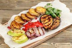 grillowany warzywa Słuzyć na drewnianej desce na nieociosanym stole Grill restauraci menu, serie fotografie Obrazy Royalty Free