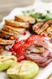 grillowany warzywa Słuzyć na drewnianej desce na nieociosanym stole Grill restauraci menu, serie fotografie Obraz Royalty Free