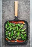 Grillpan met geroosterde groene en rode paprika of paprika op grijze concrete achtergrond Royalty-vrije Stock Foto's