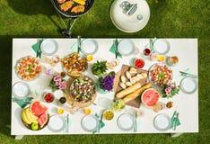 Grillpartei im Garten stockfoto