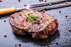 Grillrindfleischsteak Saftige Lendensteaks des starken Rindfleisches der Teile auf Grillteflonwanne oder altem hölzernem Brett Lizenzfreies Stockfoto