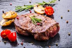 Grillrindfleischsteak Saftige Lendensteaks des starken Rindfleisches der Teile auf Grillteflonwanne oder altem hölzernem Brett Lizenzfreie Stockfotografie