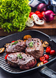 Grillrindfleischsteak Saftige Lendensteaks des starken Rindfleisches der Teile auf Grillteflonwanne oder altem hölzernem Brett Stockfotos