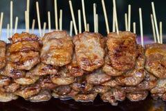 Grillschweinefleisch im hölzernen Stock Stockfotos