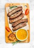 Grillworsten met saus op de Raad royalty-vrije stock foto's
