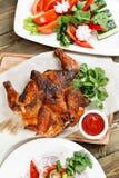 grilowany kurczak Słuzyć na drewnianej desce na nieociosanym stole Grill restauraci menu, serie fotografie różny Zdjęcie Stock