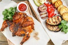 grilowany kurczak Słuzyć na drewnianej desce na nieociosanym stole Grill restauraci menu, serie fotografie różny Zdjęcie Royalty Free