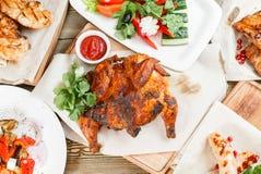 grilowany kurczak Słuzyć na drewnianej desce na nieociosanym stole Grill restauraci menu, serie fotografie różny Fotografia Stock