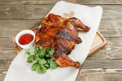 grilowany kurczak Słuzyć na drewnianej desce na nieociosanym stole Grill restauraci menu, serie fotografie różny Fotografia Royalty Free