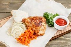 grilowany kurczak Słuzyć na drewnianej desce na nieociosanym stole Grill restauraci menu, serie fotografie różny Zdjęcia Stock