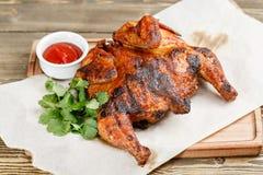 grilowany kurczak Słuzyć na drewnianej desce na nieociosanym stole Grill restauraci menu, serie fotografie różny Obraz Stock