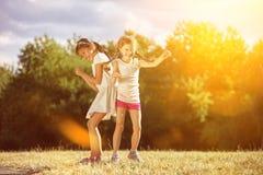 2 grils танцуя под солнечностью Стоковое Изображение