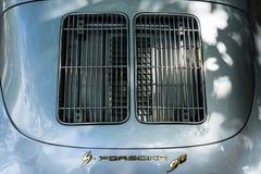 Grils de ventilation pour la climatisation du compartiment réacteur d'une voiture de sport Porsche 356 Photo libre de droits