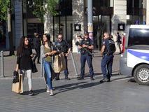 Grils shopping och poliser som bevakar vägen Royaltyfri Bild