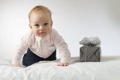 Grimacerie de l'enfant avec un cadeau Photo stock