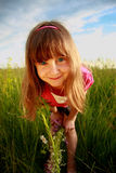 Grimacerie de la fille dans un domaine Photographie stock libre de droits