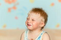 Grimaces drôles de bébé Photo stock