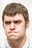Grimasse auf seinem Gesicht Lizenzfreie Stockfotos