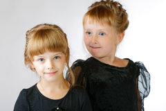 Grimasstudio för två flickor arkivbild
