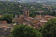 Grimaud, alte Stadt mit Dächern und alte Kirche, Cote d'Azur, Provence, Frankreich Lizenzfreie Stockfotos