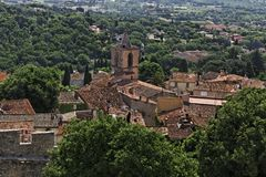 Grimaud den gammala townen med taklägger och den gammala kyrkan, Cote d'Azur, Provence, Frankrike Royaltyfria Foton