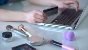 Grimeur die tot nieuwe schoonheidsmiddelen online, het typen gegevens van haar creditcard opdracht geven stock videobeelden