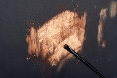 Grimeur` s Borstel op gouden Oppervlakte stock fotografie