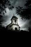 Grimmig-bewölkter Tag über Kirche von Holly Cross (Vrsac, Serbien) stockbilder