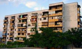 Grimmiger kommunistischer Ära-Wohnblock in Bulgarien Stockbild