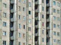 Grimmiger Wohnblock in Russland Stockbild