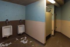 Grimmiges, deprimierendes und schmutziges allgemeines Badezimmer/Toilette Stockbilder