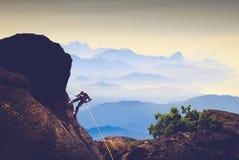 Grimpeur contre la vallée de montagne Photo libre de droits