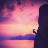 Grimpeur contre le coucher du soleil Illustration de cru Photos stock