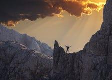 Grimpeur de bonheur sur le coucher du soleil Photographie stock libre de droits